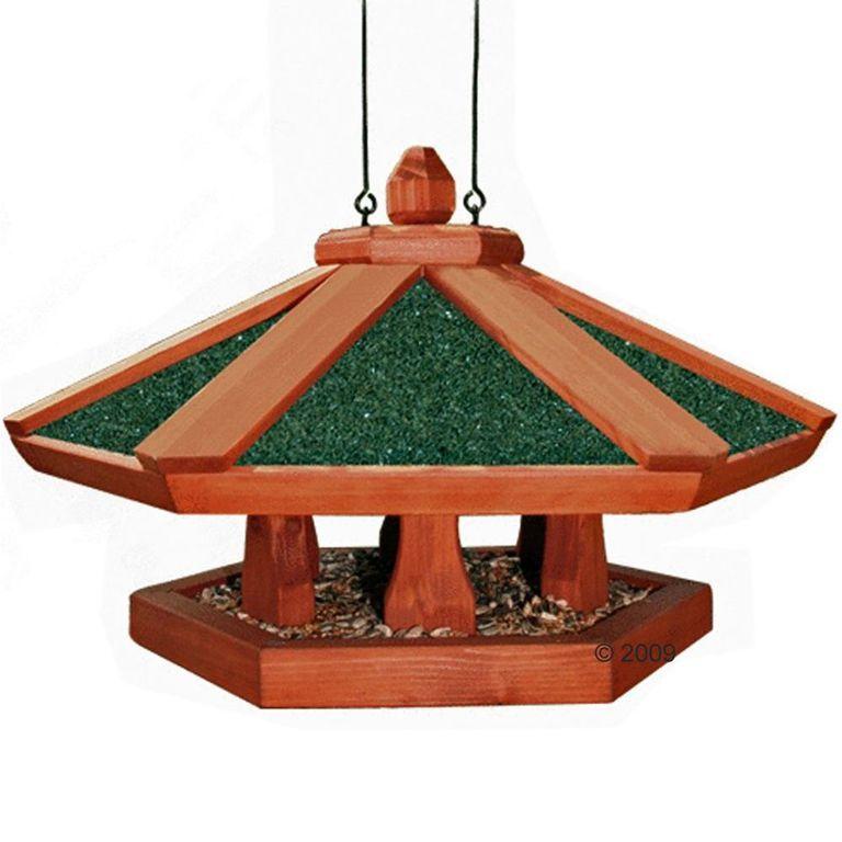 Das Vogelhaus Natura ist rundherum offen und hat eine große Fläche zum einfachen und großzügigen Bestreuen mit Vogelfutter. Das Dach des Vogel-Futterhauses hat eine spezielle Beschichtung. Es kann überall aufgehängt werden und bietet den frei lebenden Vögeln umfangreiche Lande...